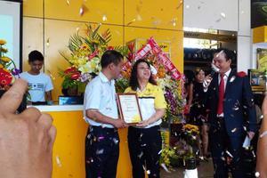 Bà Lai Lo Helen - Tổng giám đốc Tyre Pacific ( Việt Nam) trao bằng chứng nhận showroom Dunlop cho Đình Cẩm