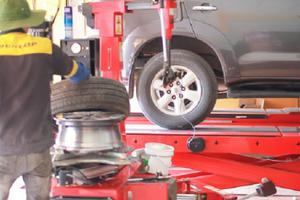 Lốp xe ô tô gặp sự cố, thay lốp xe dự phòng như thế nào?